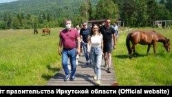 Глава Ростуризма Зарина Догузова на берегу Байкала