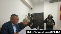 Кеңешбек Дүйшөбаев жана Азимбек Бекназаров сотто. 15-февраль, 2019-жыл.