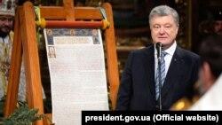 Петро Порошенко у статусі президента під час представлення томосу про автокефалію для ПЦУ, Софійський собор в Києві, 7 січня 2019 року