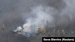 Пожарникари во округот на местото на хеликоптерската несреќа во која загина Коби Брајант во Калабасас, Калифорнија, САД, 26 јануари 2020 година.
