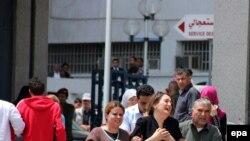 عدد من اقارب القتلى والمصابين امام المستشفى العسكري في العاصمة تونس