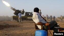 Родниот град на Гадафи, Сирт, под бунтовнички оган.