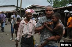 Пострадавшие в массовых беспорядках, вызванных эпидемией, в Либерии