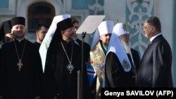 Ukrayna prezidenti Petro Poroshenko (sağda), Patriarx Filaret (sağdan ikinci)