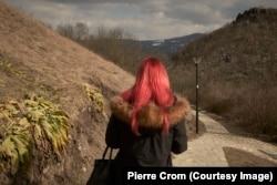 Звечан, Косово - Молодая жінка йде повз фортецю Звечан ,на півночі Косово