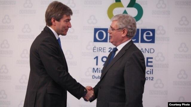 Ministrul moldovean pentru reintegrare EUgen Carpov şi ministrul de externe irlandez Eamon Gilmore, preşedintele în exerciţiu al OSCE