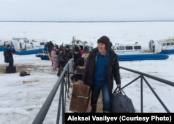 Davydov's film crew arrives at the Nizhny Bestyakh port after crossing the Lena River in hovercrafts en route to Amga.
