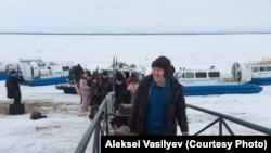 Gyima Davidov stábja megérkezik Nyizsnyij Besztjah kikötőbe, miután légpárnás hajóval átkeltek a Léna folyón, úton Amga faluba