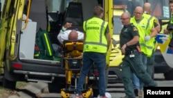 Машина неотложной помощи увозит раненного при расстреле в новозеландской мечети