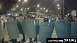"""Сотрудники специального подразделения полиции на территории торгового центра """"Прайм плаза"""". Алматы, 31 августа 2013 года."""