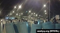 """Полицейские у торгового центра """"Прайм Плаза"""". Алматы, 31 августа 2013 года."""