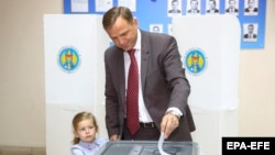 Andrei Năstase și fiica sa Ana, la secția de votare