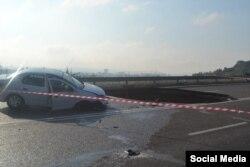 На объездной автодороге Симферополь–Николаевка автомобиль ВАЗ с людьми провалился в яму