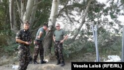 Ushtarët hungarezë gjatë përgatitjes së ndërtimit të murit në kufirin me Serbinë për t'i ndalur imigrantët ilegalë