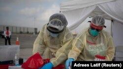Медицинские работники в пункте сдачи тестов на коронавирус в Хьюстоне. 20 ноября 2020 года.