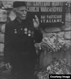 Александр Варазашвили у могилы брата