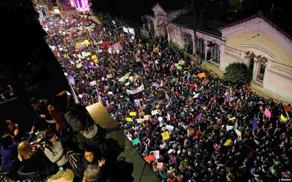 Шествието в Истанбул преди да бъде разпръснато от полицията.
