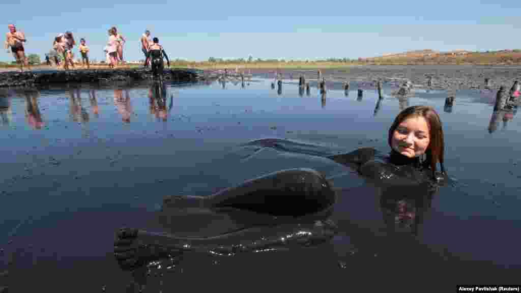 Основной вид отдыха у посещающих озеро Чокрак – грязевые ванны