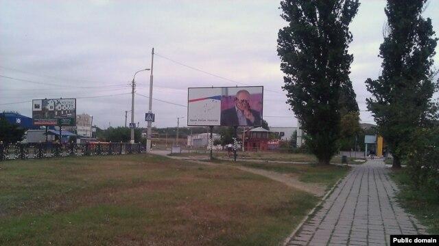 В Керчі портрет Путіна закидали брудом - фото 1