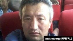 Репортер Азаттыка Нуртай Лаханулы в пассажирском автобусе, куда его, вместе с другими задержанными, погрузили полицейские, доставив затем в УВД Алатауского района. Алматы, 21 мая 2016 года.