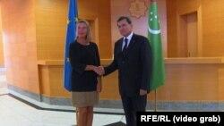رشید مردوف وزیر خارجۀ ترکمنستان (راست) حین مصافحه با فدریکا موگرینی نماینده عالی اتحادیه اروپا در سیاست خارجی و امور امنیتی در عشق آباد.