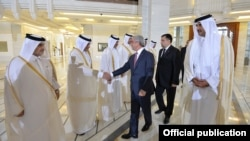 Qatar - Armenian President Serzh Sarkisian shakes hands with Qatari officials during an official visit to Doha, 15May2017.