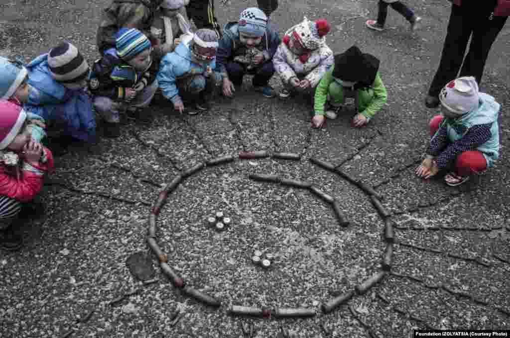 Дети играют с гильзами. В конфликте пострадало уже много детей. В июле два ребенка получили ранения во время артиллерийских учений