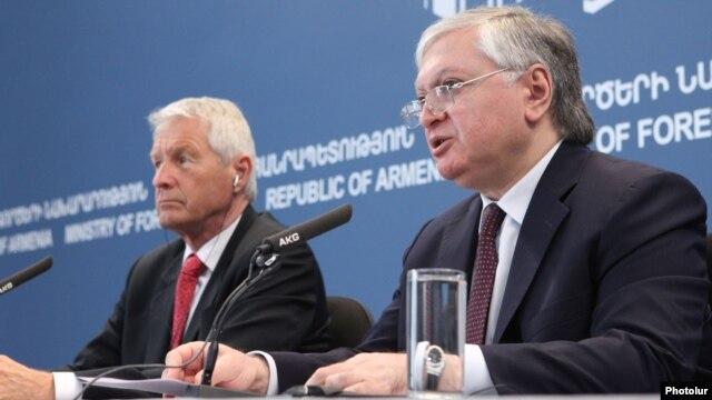 Armenia - Foreign Minister Edward Nalbandian (R) at a news conference with the secretary general of the Council of Europe, Thorbjørn Jagland, in Yerevan, 17Apr2013.