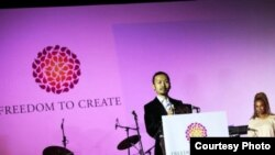 Аскар Айдархан, сын поэта Арона Атабека, получает от имени отца премию «Свобода творчества» (Freedom to Create) в номинации «Творец в заключении». Каир, 26 ноября 2010 года.