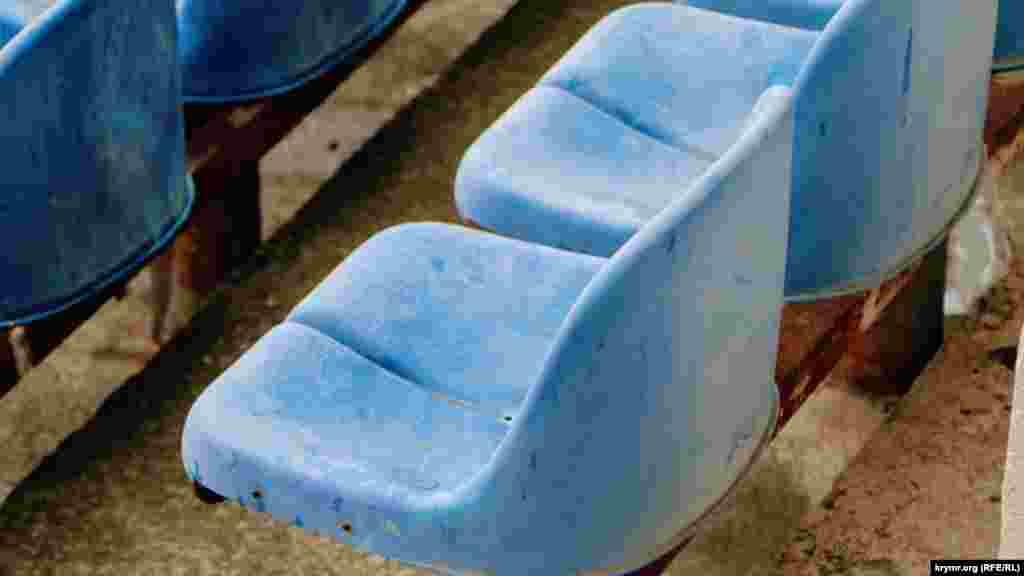 14 лет назад на стадионе установили пластиковые сиденья вместо деревянных скамеек. Правда, вместимость комплекса уменьшилась с 26 до 20 тысяч человек