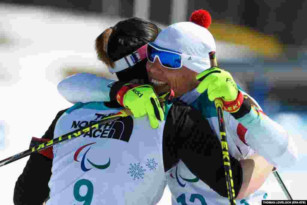 46-річна німкеня Андреа Ескау приймає привітання. На XІІ зимових Паралімпійських іграх вона здобула 6 нагород, 2 з яких золоті