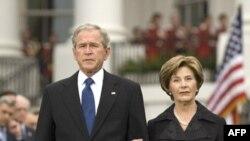 جرج بوش، رييس جمهوری آمريکا، و همسرش ابتدا با دقايقی سکوت در باغ کاخ سفيد، یاد قربانیان آن را گرامی داشتند.(عکس: AFP)