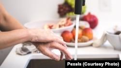 Мийте або дезінфікуйте руки щоразу після користування грошима, банківськими або іншими картками