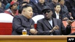 Dennis Rodman (djathtas) dhe Kim Jong Un gjatë takimit të tyre në shkurt të këtij viti