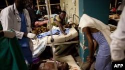 پزشکان در حال کمکرسانی به زخمی شدگان انفجارها در کامپالا