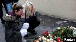 Pamje gjatë nderimit për të vrarët në tregun e Krishtlindjeve në Berlin