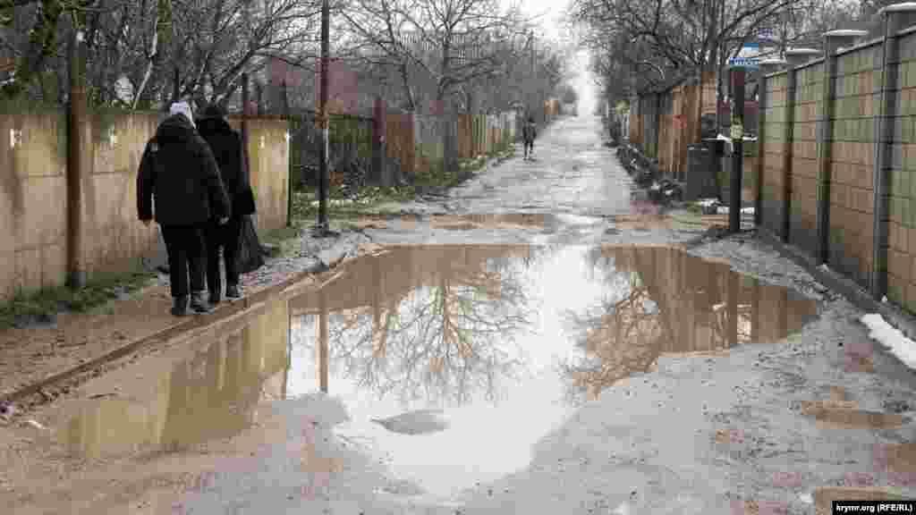 На узких улицах Живописного никогда не было и, скорее всего, не будет асфальта