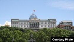 """Немногие официальные лица Грузии сожалеют о разладе отношений с Россией, зато все отмечают, что Грузия после """"пятидневной войны"""" совершила качественный скачок в своем развитии (на фото - президентский дворец в Тбилиси)."""