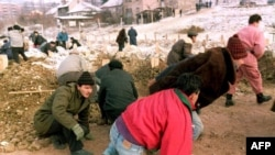 Sarajlije tokom napada za vrijeme opsade grada - iz arhive