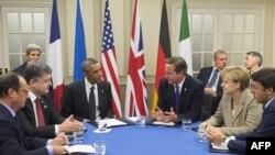 Francois Hollande, Petro Poroșenko, Barack Obama, David Cameron, și Matteo Renzi discută situația din Ucraina în timpul summitului NATO, Celtic Manor, Newport, Țara Galilor, 4 septembrie 2014.