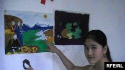 Нургуль Курманбаева показывает рисунки своей сестры Изауры. Актобе. Июль 2009 года.