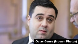 Ministrul PSD al Transporturilor, Răzvan Cuc, acuzat că a cerut ca în ziua moțiunii avioanele de pe cursele intene să stea la sol, pentru ca parlamentarii opoziției să nu ajungă la vot