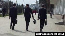 Türkmenistan: Daşary ýurt diplomyny ykrar etdirenler işe ýerleşmekde kynçylyk çekýär