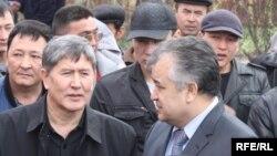 Алмазбек Атамбаев менен Өмүрбек Текебаев оппозициянын элдик курултайында, 17-март, 2010.