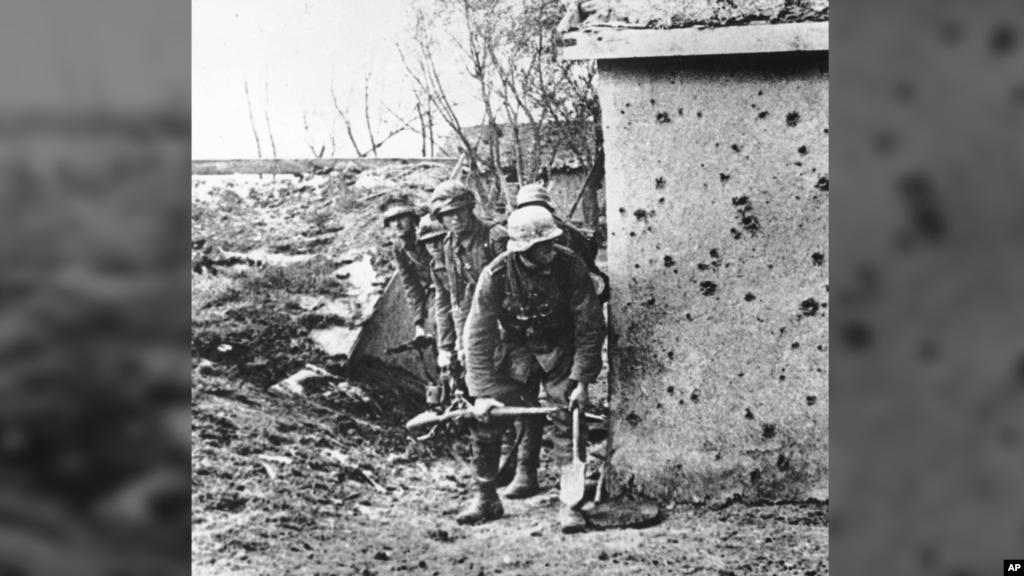 Атаку німецької армії на Крим не можна назвати раптовою, і все ж півострів не був готовий до оборони. Радянські війська поступалися противнику і в кількості, і в умінні, крім того, були розосереджені по всьому Криму. Як тільки Вермахт прорвався через Перекоп, доля півострова була вирішена. На фото: німецькі війська пробивають радянську оборону на Перекопі, жовтень 1941 року