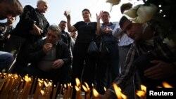 Porodice stradalih na jednom od obilježavanja godišnjice u Dobrovoljačkoj ulici u Sarajevu
