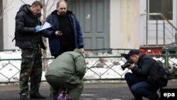 Следователи осматривают место возле станции метро «Октябрьское поле», где была задержана женщина с отрезанной головой ребенка. Иллюстративное фото.