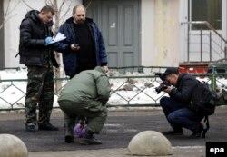 Следователи осматривают отрезанную голову у станции метро в Москве. 29 февраля 2016 года.