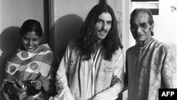 Джордж Харрисон с братом Рави Шанкара Удаем, Калькутта, 1972