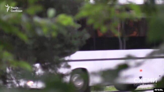 І навіть цілий автобус охоронців з шевронами на одязі